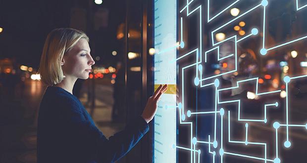 De acuerdo con la Asociación Digital Signage México, la señalización digital mantendrá su crecimiento como parte de la industria del audio, video y transmisión de datos, la cual aumenta un promedio de 12% anualmente. Lo anterior obedece a que la señalización digital, ha ganado terreno, por ejemplo, al remplazar anuncios espectaculares (billboards), mediante pantallas con leds programados para interactuar con el consumidor, aseguró la asociación.