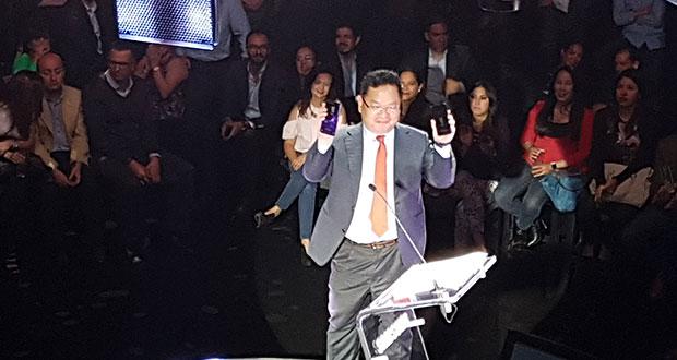 """Tras anunciar en el país los nuevos modelos de gama alta, HS Jo, presidente de Samsung en México, recordó que los dispositivos ya fueron presentados en el Mobile World Congress 2018, en Barcelona, España. """"Durante ese evento se dijo que los increíbles avances en la tecnología han creado las condiciones perfectas para la innovación y el cambio. La inteligencia artificial, la realidad aumentada, el Internet de las cosas (IoT), y dispositivos conectados se complementan. Pero yo tengo un punto de vista distinto, no son las tecnologías las que cambian al mundo, es la gente"""", afirmó."""