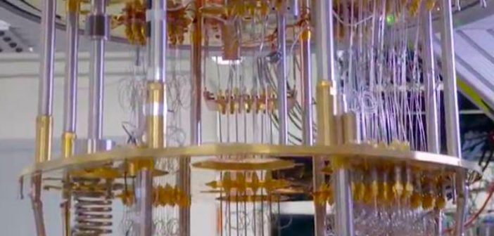 """Según IBM, en cinco años, los efectos de la computación cuántica llegarán más allá del laboratorio de investigación, esto es importante porque ya no será exclusiva de la comunidad científica, sino que será utilizada ampliamente por nuevas categorías de profesionales y desarrolladores que buscan este método emergente para resolver problemas que una vez se consideraron insolubles. La """"hoja de ruta"""" de IBM para llegar a una computación cuántica práctica se basa en una aproximación holística a todas las partes avanzadas del sistema. IBM aportará su conocimiento y experiencia en superconducción cuántica, en integración de sistemas complejos de alto rendimiento y en procesos de nanofabricación escalables para hacer avanzar las capacidades mecánicas cuánticas. También, los ingenieros de sistemas y software, científicos en computación y matemáticos de IBM crearán los entornos y las herramientas de desarrollo de software."""