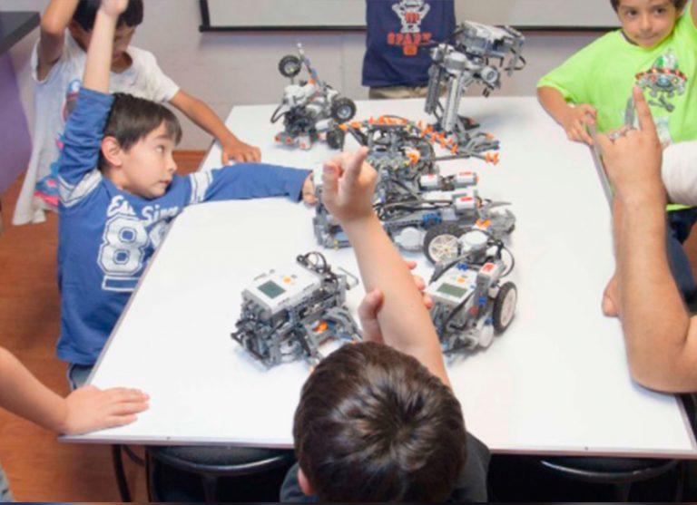 Con el enfoque de aprovechar la tecnología para el desarrollo y fomentar la creatividad en los niños, RobotiX propone una serie de opciones como regalos tecnológicos para adentrar a los más pequeños en el mundo de la innovación.