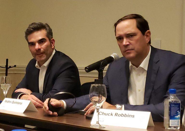 Isidro Quintana y Chuck Robbins